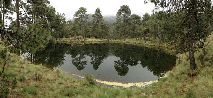 Nahualac y el Microcosmos Mesoamericano. Ubicado a 3,870 metros sobre el nivel del mar, en el lugar hay un estanque estacional dentro del cual se construyó en la época prehispánica un tetzacualco (adoratorio)