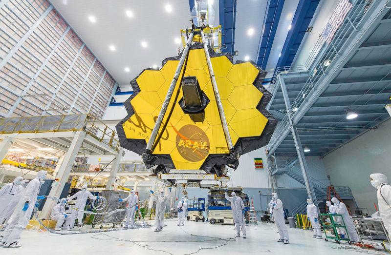 El gigantesco telescopio espacial de 7 metros que reemplazará al Hubble. La NASA planea poner en órbita un nuevo telescopio espacial en el año 2018. El telescopio James Webb, que será el reemplazo del Hubble, está casi listo, como anuncian con una foto en la que lo podemos ver desplegado en toda su gloria.