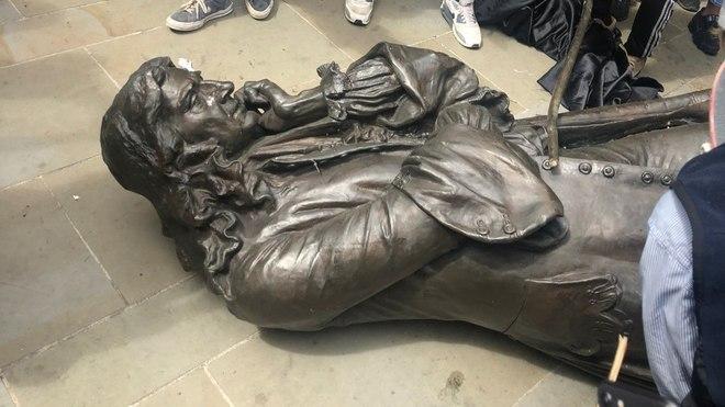 Derriban la estatua del esclavista