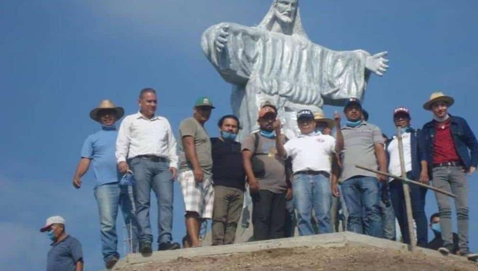 Ponen figura de cristo rey sobre pirámide prehispánica en Veracruz .