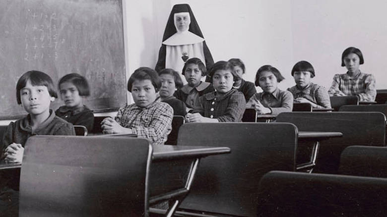 El genocidio de 6.000 niños indígenas en Canadá por iglesias cristianas.